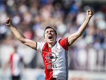 Steven Berghuis juicht tijdens een wedstrijd van Feyenoord