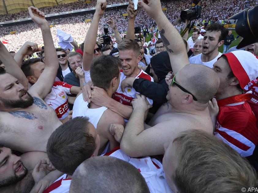 Die Stuttgart-Spieler feiern mit ihren Fans