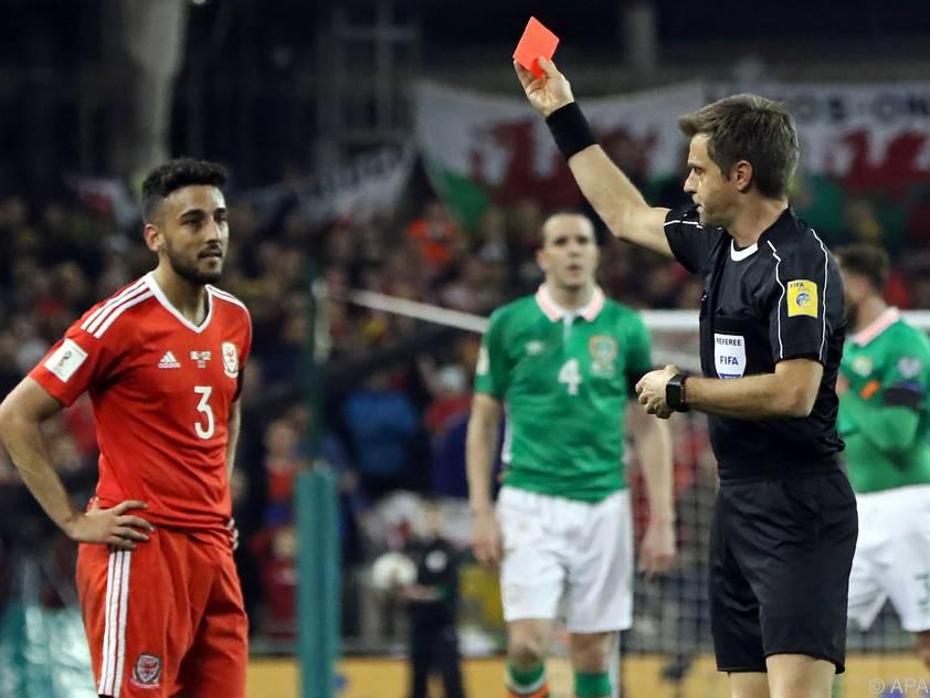 Neil Taylor sah für brutales Foul die Rote Karte