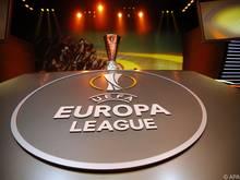 Um diesen Pokal kämpfen Sevilla und Liverpool
