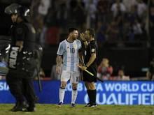 Lionel Messi im Clinch mit dem Schiedsrichter