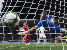 Der Ball im Netz und Schütze Josip Drmic dreht jubelnd ab