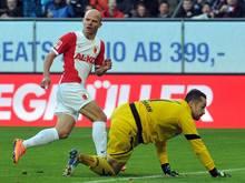 Der Augsburger Tobias Werner (l.) traf gegen seinen Kumpel Lukas Kruse