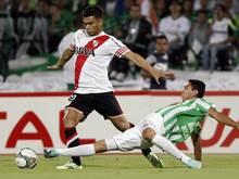 Daniel Bocanegra grätscht gegen Teofilo Gutierrez von River Plate