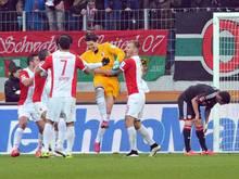 Torwart MarwinHitz (M.) traf in der Nachspielzeit zum 2:2 gegen Leverkusen