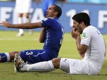 Der Italiener Giorgio Chiellini (l.) war vom Uruguayer Luis Suarez bei der WM 2014 gebissen worden