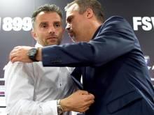 FSV-Geschäftsführer Clemens Krüger (r) hält an Tomas Oral fest