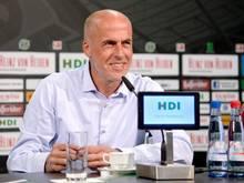 96-Trainer Michael Frontzeck bei der Pressekonferenz in Hannover. Foto: Peter Steffen