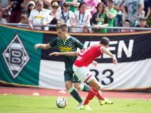 Der Mönchengladbacher Patrick Herrmann (l) hat gegen Damien Dussaut von Standard Lüttich den Ball erkämpft