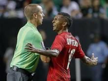 Schiedsrichter Mark Geiger wird von Panamas Alberto Quintero angegangen