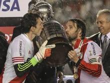 Fernando Cavenagi (r) und Marcelo Barovero mit dem Pokal