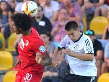Elversbergs Marc Gross (r) und der Augsburger Caiuby kämpfen um den Ball