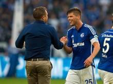Schalkes Trainer Andre Breitenreiter (l.) gratuliert Klaas-Jan Huntelaar zum Treffer