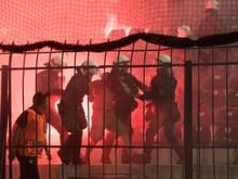 Griechische Polizei greift ein weil Fans des BVB Pyrotechnik zünden