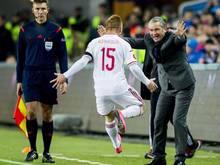 In Ungarn wurde neben Torschütze Laszlo Kleinheisler auch Trainer Bernd Storck (r.) gefeiert