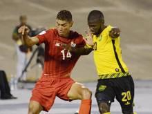 Jamaikas Kemar Lawrence (r) kann Panamas Valentin Pimentel nicht vom Ball trennen