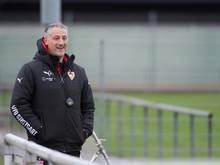 Jürgen Kramny bleibt noch etwas länger auf dem Trainerposten des VfB