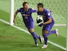 Douglas (r.) führte Sanfrecce Hiroshima mit einem Doppelpack zu Platz drei bei der Club-WM