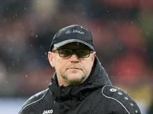 Hannovers Trainer Thomas Schaaf steht im Regen