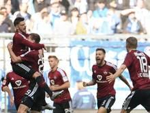 Die Spieler des 1. FC Nürnberg bejubeln den Treffer zum 1:0 gegen 1860 München