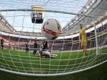Der Ball zappelt nach demTor von Stuttgarts Daniel Didavi (M.) im Tornetz