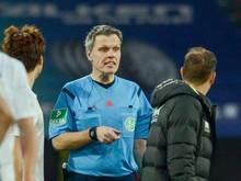 Schiedsrichter Michael Weiner stand im Zentrum der Augsburger Wut