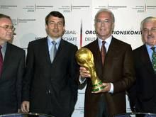 Horst Schmidt (l-r), Wolfgang Niersbach, Franz Beckenbauer und Fedor Radmann bildeten das Organisationskommitee