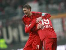 Stefan Kießling feiert mit Siegtorschütze Julian Brandt
