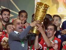 Mit Kapitän Philipp Lahm und dem Pokal in der Hand kommt das befreite Lachen zurück