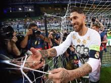 Sergio Ramos schnitt mit einer Schere Teile des Tornetzes ab