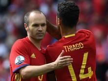 Thiago (r) ist voll des Lobes über Andres Iniesta.
