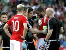 Der Waliser Ashley Williams (M.) verletzte sich an der Schulter