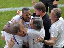 Jérôme Boateng dreht sofort nach seinem Tor ab und drückt seine Fitmacher Eder und Müller-Wohlfahrt