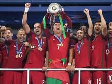Cristiano Ronaldo (M.) wurde mit Portugal Europameister