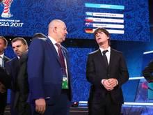 Cherchesov (l.) spricht nach der Confed-Cup-Auslosung mit Vorbild Joachim Löw