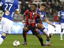 Nizzas Wylan Cyprien im Duell mit Yannick Cahuzac vom SC Bastia (r)