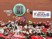 Blumen schmücken den Erinnerungsort für die Oper der Hillsborough-Katastrophe in Liverpool