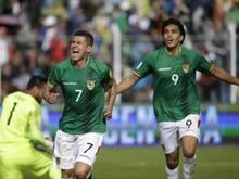Die Bolivier Juan Carlos Arce (l.) und Marcelo Martins jubeln über das 1:0 gegen Argentinien