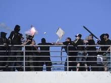Hooligans von PAOK Saloniki und AEK Athen gehen in Griechenland aufeinander los