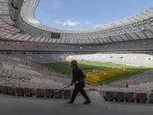 Ein Arbeiter säubert das WM-Stadion in Moskau
