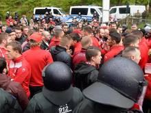 Kaiserslauterns Fans blockierten nach dem Spiel auch die Stadion-Ausfahrt und stellten die Spieler zur Rede. Foto: Thomas Eisenhuth