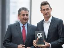 Außenminister Gabriel (l.) verleiht Klose den Ehrenpreis des Vereins Deutscher Fußball Botschafter