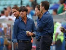 Das Trainerteam um Joachim Löw (l.) bereitet das Team auf das Halbfinale gegen Mexiko vor