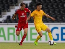 Sebastian Bösel (l.) von der SG Sonnenhof Großaspach kämpft gegen den Chinesen Feng Boxuan um den Ball