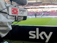 Eine Kamera von Sky/SportCast ist auf das Spielfeld gerichtet