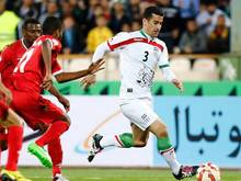 Ehsan Hajsafi (r) ist einer der beiden Nationalspieler Irans denen Ungemach vom eigenen Verband droht