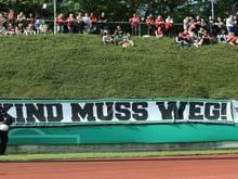 Fans von Hannover 96 machen beim DFB-Pokalspiel in Bonn ihrem Unmut gegenüber Vereinsboss Martin Kind Luft