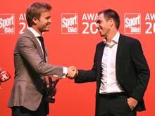 Weltmeister unter sich: Formel-1-Weltmeister Nico Rosberg (l.) ehrt Fußball-Weltmeister Philipp Lahm