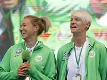 Zsanett Jakabfi (l.) und Nilla Fischer haben ihre Verträge beim VfL Wolfsburg bis 2020 verlängert