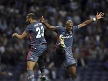 Cenk Tosun (l.) und Ryan Babel von Beşiktaş feiern einen Treffer